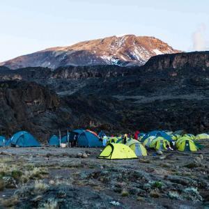 Vi bor i tält under vår vandring mot Kilimanjaro
