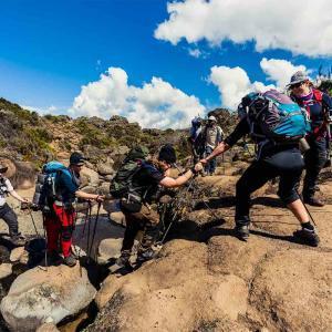 Med glädje och samarbete tar vi oss upp på Kilimanjaro