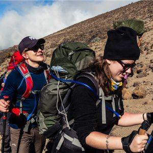 Njuter av grupp expeditionsresor till kilimanjaro