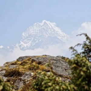 Ståtliga Mount Everest som visar riktning mot slutmålet Base Camp