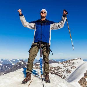 Swett försäkrar sina kunder med vajrar så ni kan njuta på toppen av Kebnekaise helt säkert
