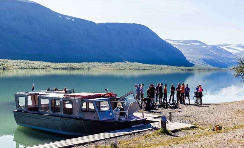 På hemresan från Kebnekaise får du möjlighet att åka en bit med båt för att spara krafter