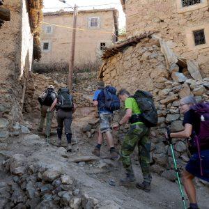 gå genom marockanska staden innan vandringen till Atlas Mountain