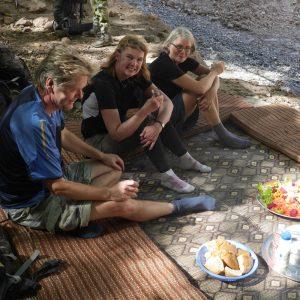 Njut av lite fritid under vandringen till Atlas Mountains