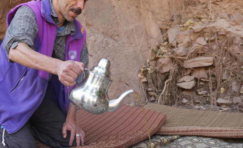 En lokal guide i Atlasbergen häller upp te åt Swetts vandrare