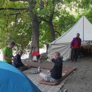 Efter en natts tältning väntar vandring i Atlasbergen