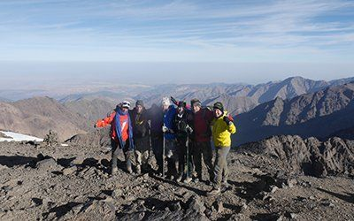 Gruppbild efter en bestigning av Jbel Toubkal i Atlasbergen med Swett