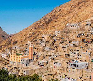 Den marockanska bergstaden Imlil i Atlasbergen