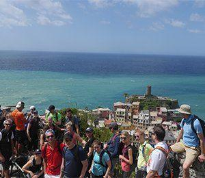 Gruppbild vid kusten i Cinque Terre