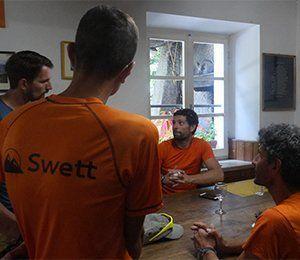 Guider planerar morgondagens rutt i Cinque Terre