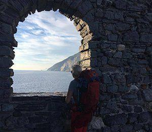 Kollar ut från ett torn mot Cinque Terres kust