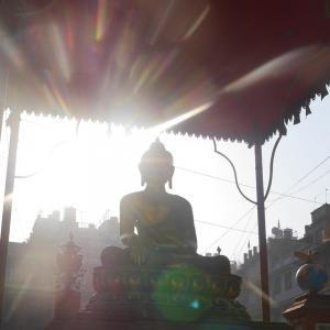 Buddhistisk staty i Kathmandu där vandringen mot Everest Base Camp börjar