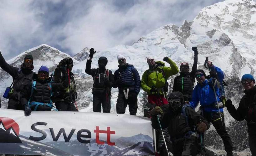 Vid Everest Base Camp med världens högsta berg bakom