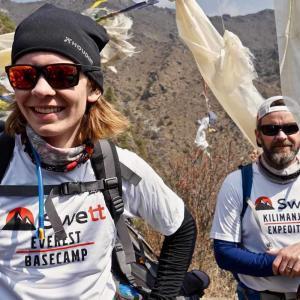 Glada deltagare på Swetts vandring mot Everest Base Camp