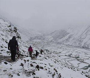 Vandringen fortsätter i snö mot Everest Base Camp