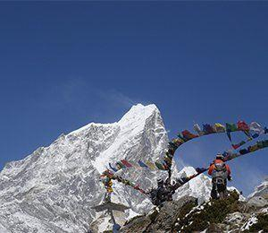 Buddhistiska böneflaggor som vi vandrar förbi mot Everest Base Camp