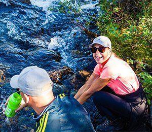Vid Kebnekaise är vattnet så rent att man kan dricka direkt från vattendragen