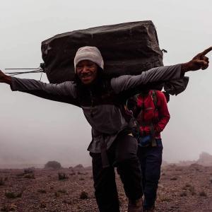 Vi tar hand om våra lokala guider och bärare vid Kilimanjaro
