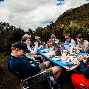 Det är härligt att sitta i Tanzanias miljöer och äta efter en dags vandring mot Kilimanjaro