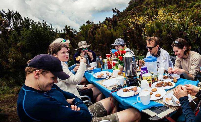 Mat utomhus efter dagens vandring mot Kilimanjaro