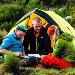 En guide visar deltagarna hur vår väg mot Kilimanjaro ser ut