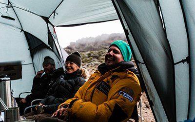 Efter en lång dags vandring mot Kilimanjaro är det skönt att sätta sig i tältet, äta god mat och umgås