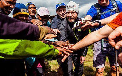 Med Swett tar vi oss som grupp uppför Kilimanjaro