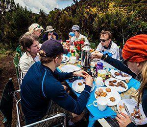 Efter en dags vandring mot Kilimanjaro ser vi på Swett till att du får äta god mat