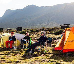 Det är härligt att sitta i naturen i Tanzania på vägen mot Kilimanjaro