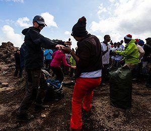 Det blir en stark avskedsceremoni efter att ha vandrat till toppen av Kilimanjaro