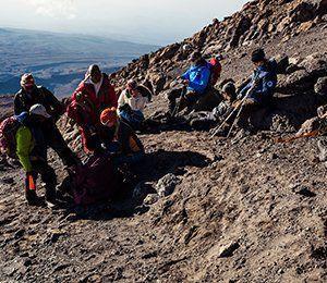 Laddar på med ny energi inför sista biten upp till toppen av Kilimanjaro