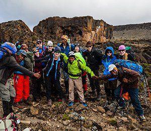I ett tätt samarbete med den lokala befolkningen vandrar vi mot Kilimanjaro