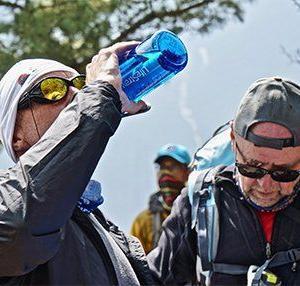 En välbehövlig sipp av vatten på vandringsturen med Swett