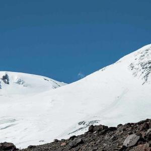 Snötäckt bergskant på Elbrus