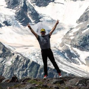 Fotografering framför mäktiga Elbrus