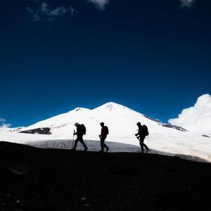Vandrar uppför Elbrus i magisk natur