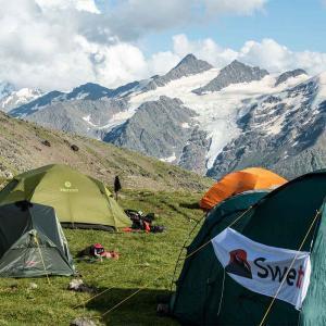 Tältar på hög höjd på väg mot toppen av Elbrus