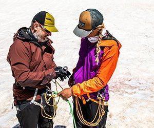 Swetts expeditionsledare hjälper en resenär på Elbrus
