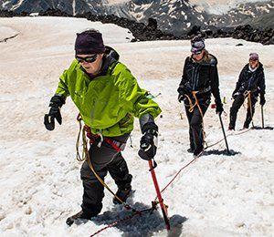 Att klättra upp för Elbrus är en utmaning och vi ger er förutsättningarna att klara sig
