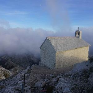 Kyrka på hög höjd i Kroatien
