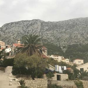 Dalmatien i Kroatien med närhet till både berg och hav