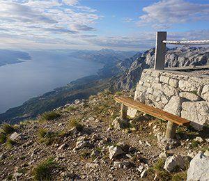 En bänk att vila sig på uppe på Sveti Jure i Kroatien