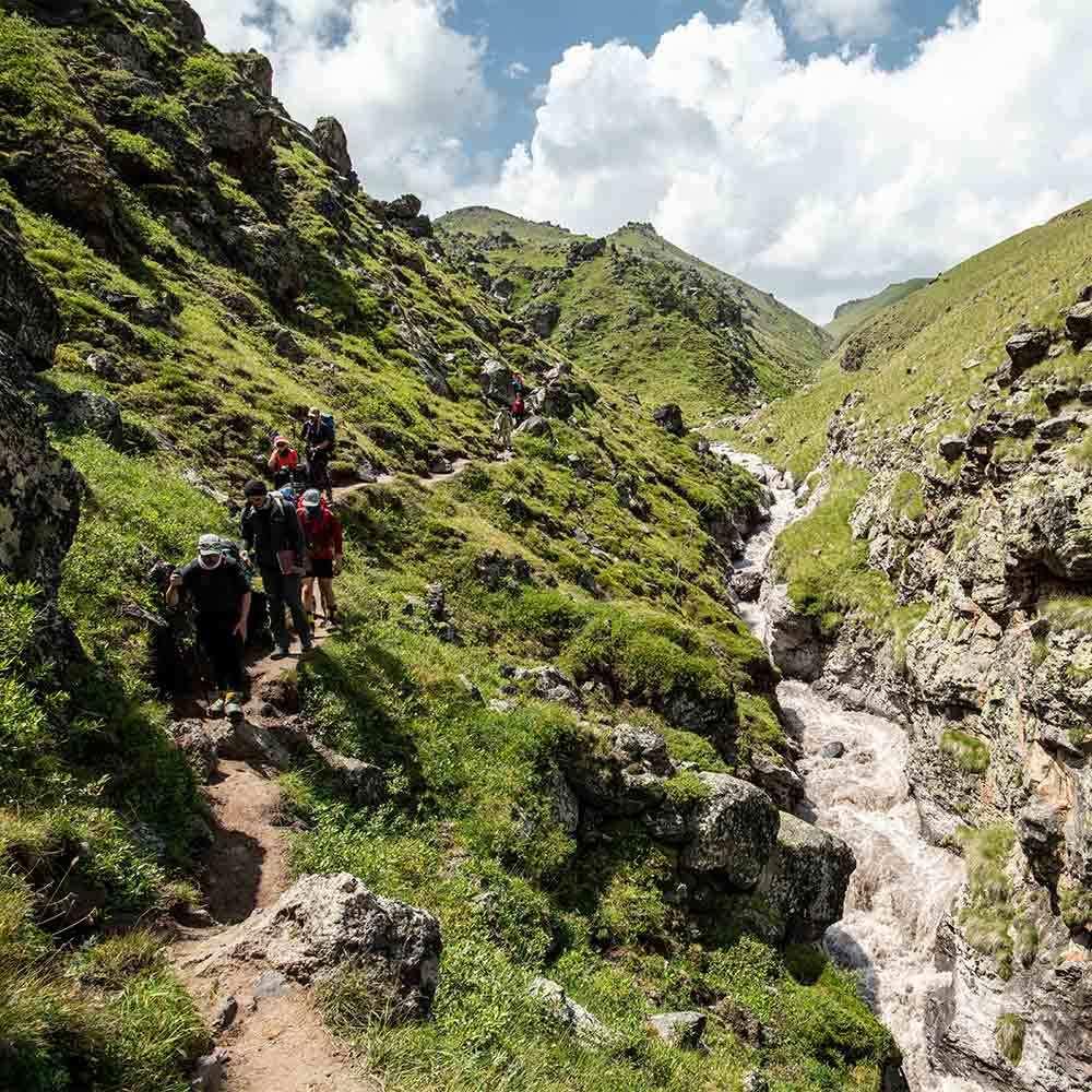 Vandrar bredvid ett vattendrag på väg mot Elbrus