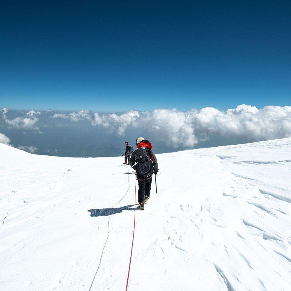 Vandringen ner från toppen av Elbrus börjar