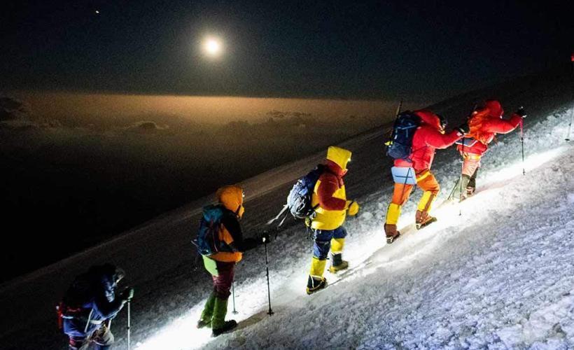 Vandrar upp för Elbrus i mörkret