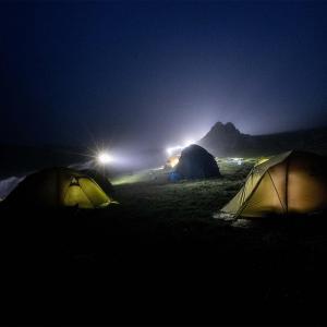 Tältar och vilar sig inför morgondagens vandring mot Elbrus