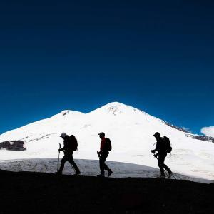 Vandrar på avskild rutt mot toppen av Elbrus